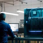 Mann an 3D-Drucker W50