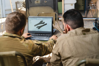 Techniker bearbeiten 3D-Modell