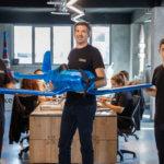 Zaxe-Mitarbeiter mit 3D-gedrucktem Modell