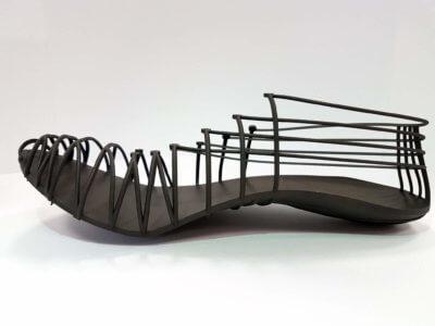 Pleko Trackspikes mit Außensohle, Zwischensohle, Pins und Rippen 3D gedruckt als einzelne Einheit aus kohlefasergefülltem Verbundmaterial Windform® SP.