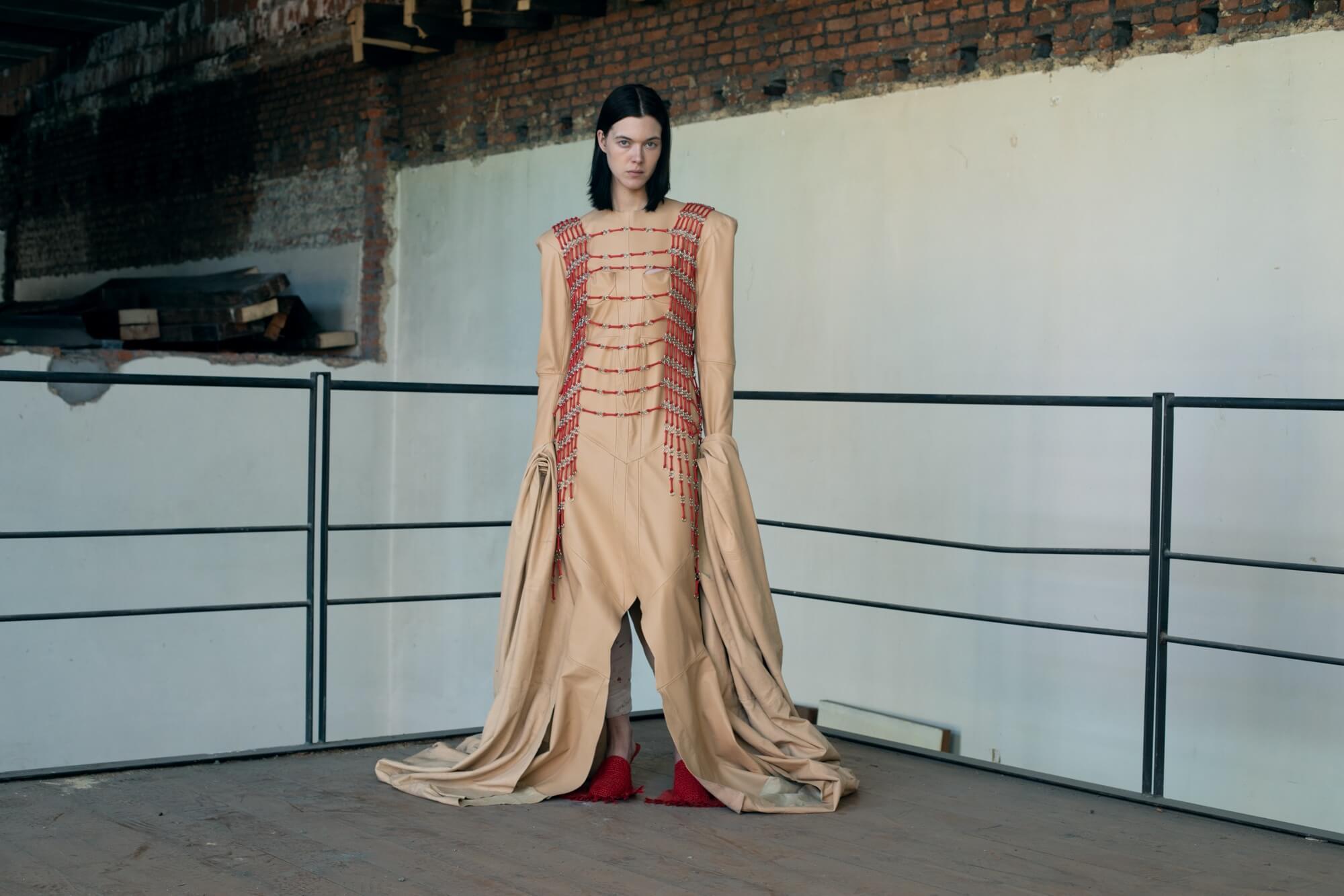 Modell im Kleid