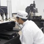 Mitarbeiter vor 3D-Drucker bei T&R Biofab